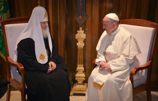 epa05157026 Pope Francis (R) and the Patriarch Kirill (L) of Moscow and All Russia, meet at Jose Marti international airport, in Havana, Cuba, 12 February 2016. Pope Francis and the leader of the Russian Orthodox Church, Patriarch Kirill, have met in Cuba in a major advance towards healing a 1,000-year-old rift between Roman Catholics and Orthodox Christians.  EPA/ADALBERTO ROQUE/POOL